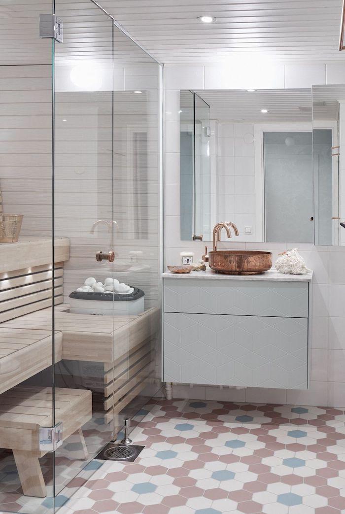 badezimmer mit einem großen spiegel und einem waschbecken und leuchten, moderne badezimmer gestalten ideen