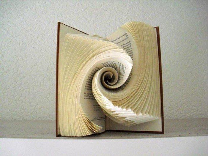 aus alten Büchern falten, eine Spirale aus Papier in der Mitte eines dicken Buches