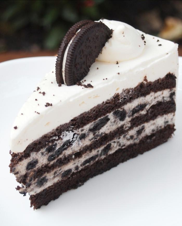 Oreo Kuchen ganz aus Keksen zubereitet, Milchcreme, ein Küsschen und halbe Oreo zum Dekorieren