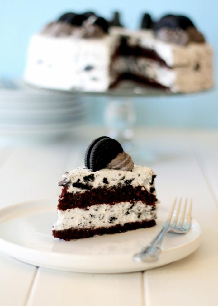 eine herrliche Oreo Torte, weiße Creme und Oreo Krümmel, braune Blütten mit Oreo Keks als Verzierung