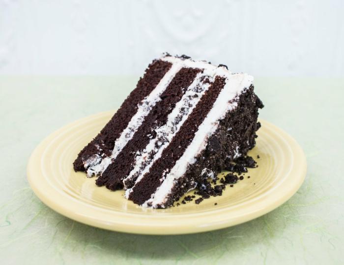 drei Schokoladenböden, weiße Creme, Krümmel von Oreo Keksen, Oreo Keks Kuchen Rezept zum Genießen