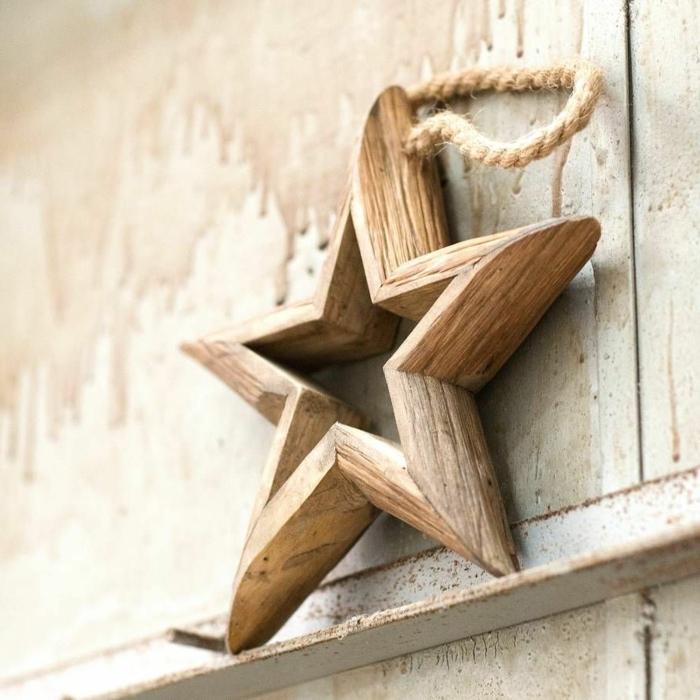Basteln zu Weihnachten, ein Stern aus Holz, rustikale Dekoration mit einem Seil verschönert