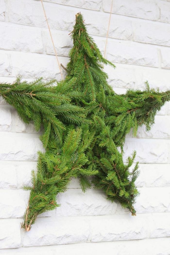 Basteln zu Weihnachten, ein Stern aus kleinen Tannenzweigen, mit fünf Spitzen