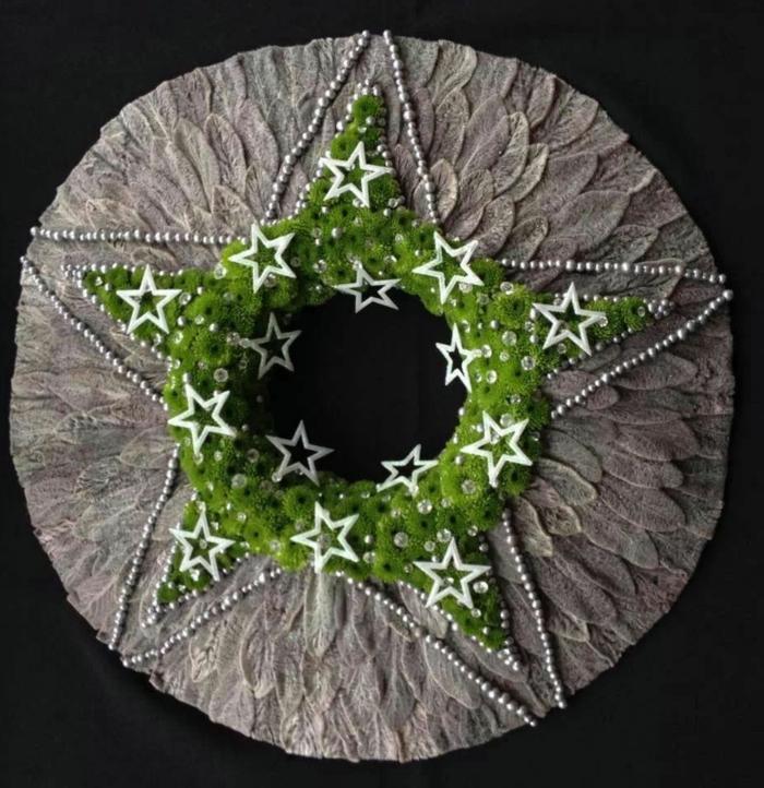 ein Weihnachtskranz mit kleinen weißen Sternen versehen und wie Stern gebaut, Basteln zu Weihnachten
