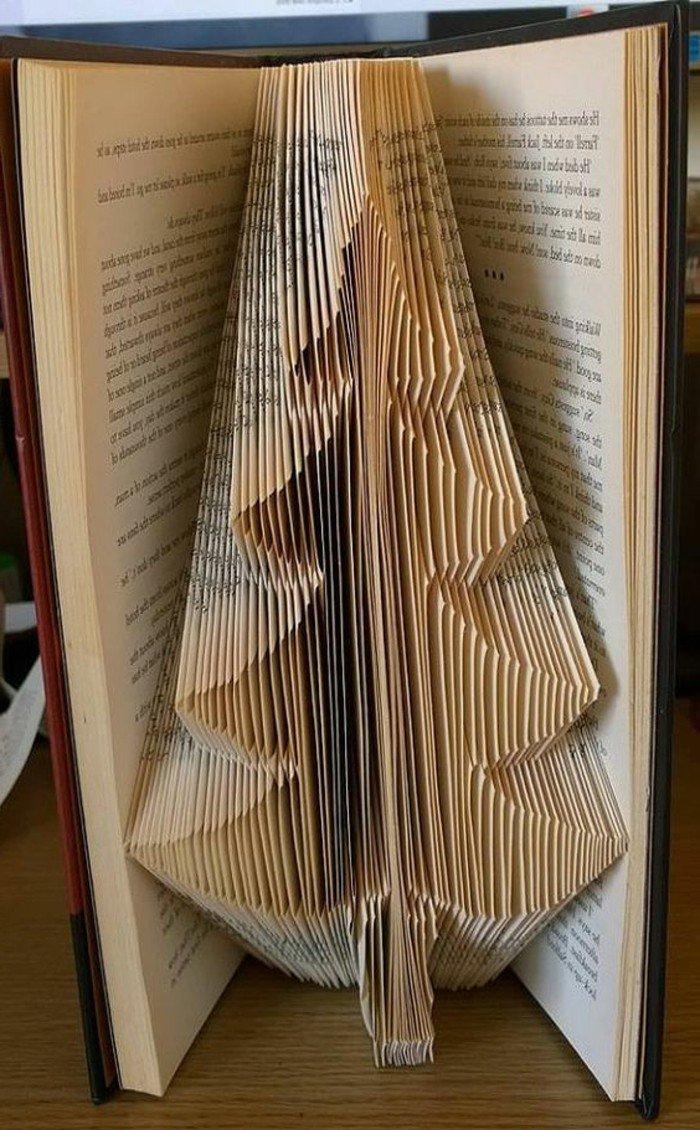 eine weihnachtliche Dekoration, einen Tannenbaum aus alten Büchern falten, aus einem Band