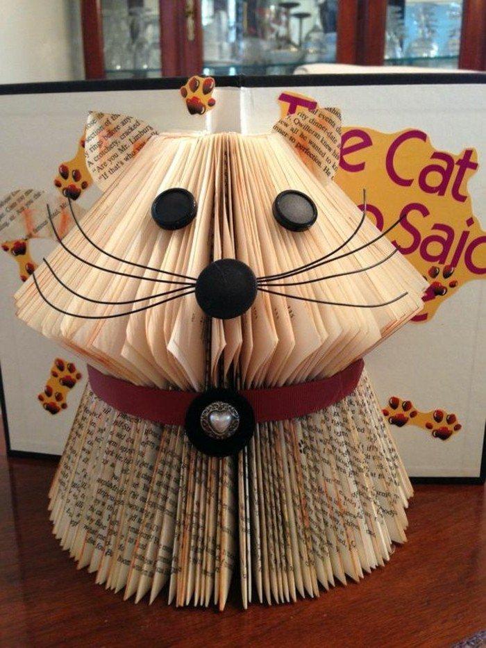 eine Katze mit Schnurhaar aus Faden und Nase und Augen aus Knopfen, aus alten Büchern falten