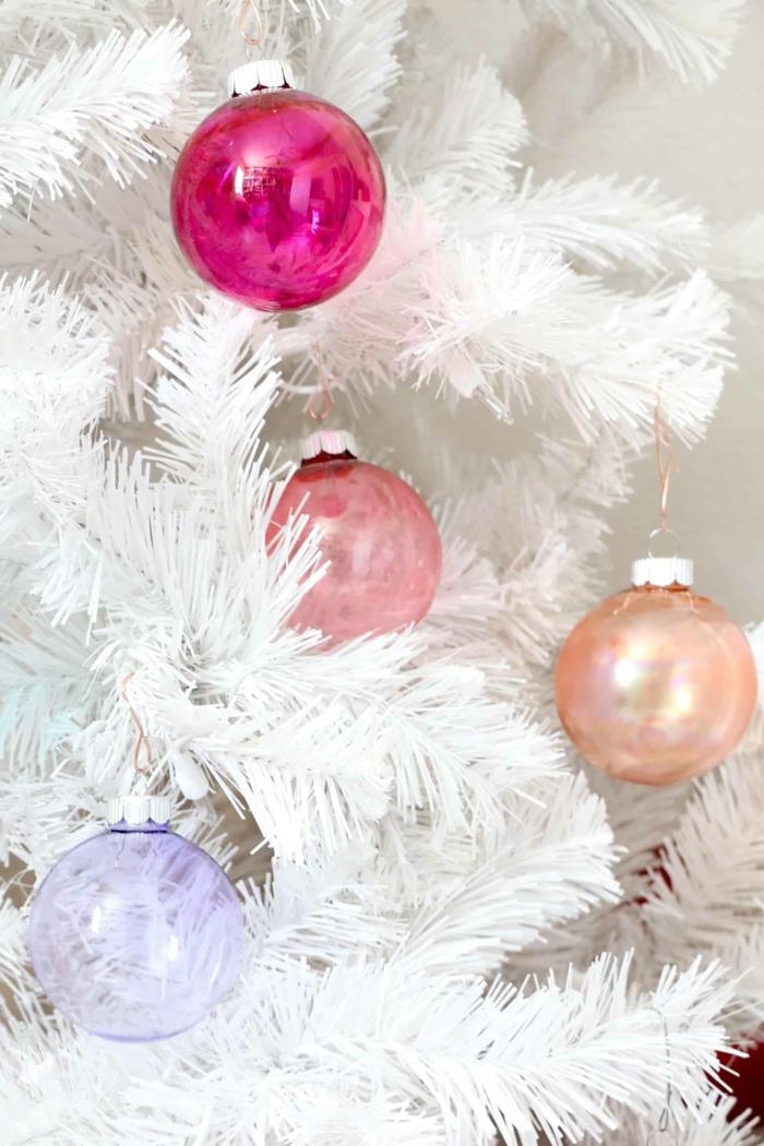 die bunten Christbaumskugeln sehen gut an dem weißen Weihnachtsbaum aus, Christbaumkugeln selber gestalten
