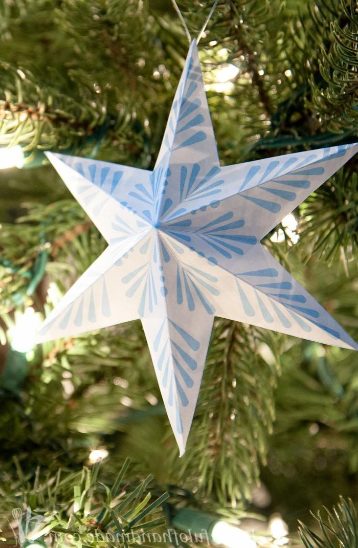 ein weißer Stern mit Schneeflocken Motive in blauer Farbe, Weihnachtssterne falten