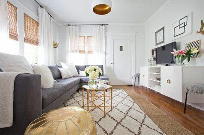 ein graues Sofa, ein weißer Teppich, Wohnzimmer Ideen Weiß Grau, weiße Gardinen und braune Rollos