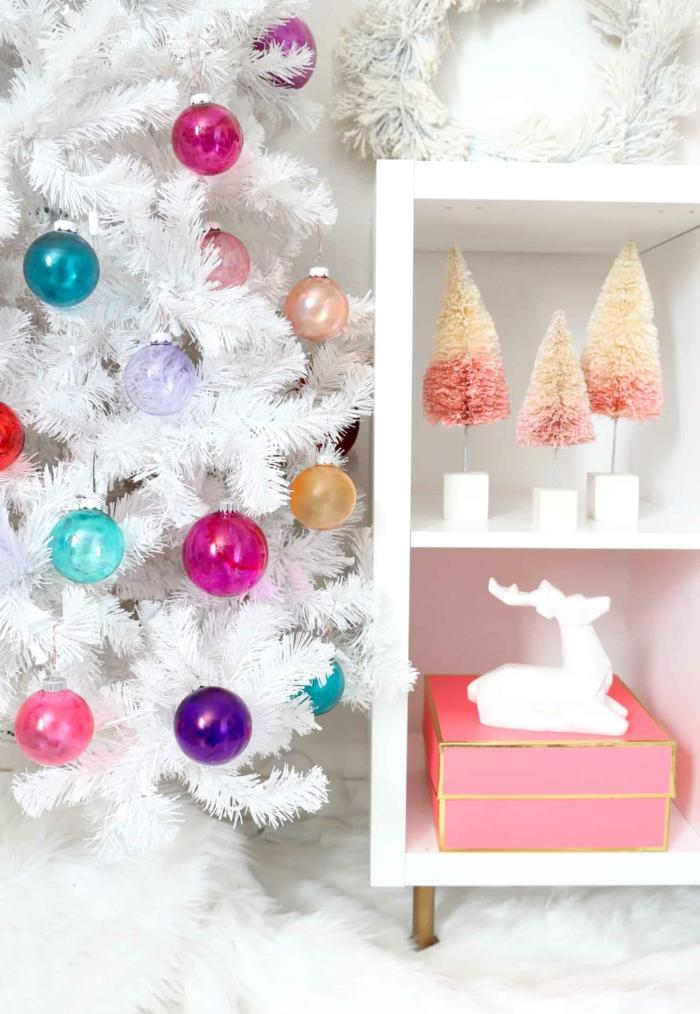 eine Dekoration im Wohnzimmer, weißer künstlicher Weihnachtsbaum mit bunten Christbaumkugeln selber gestalten