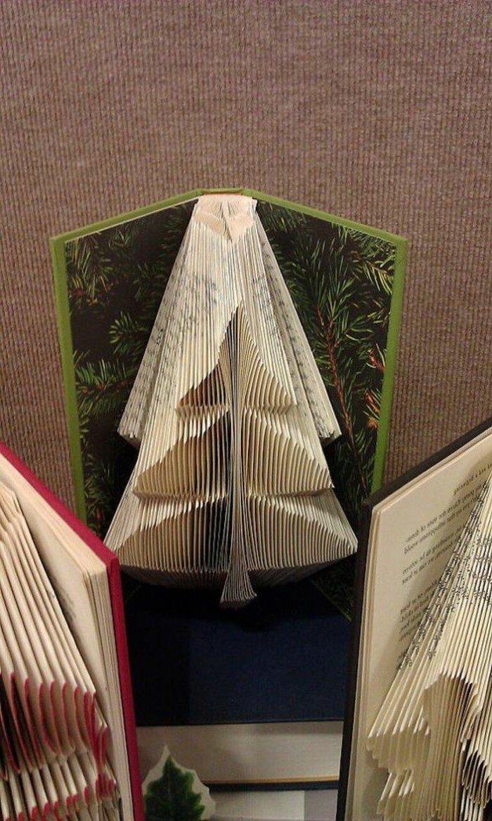 ein Tannenbaum aus einem Buch mit grünen Umschlag, Basteln zu Weihnachten, aus alten Büchern falten