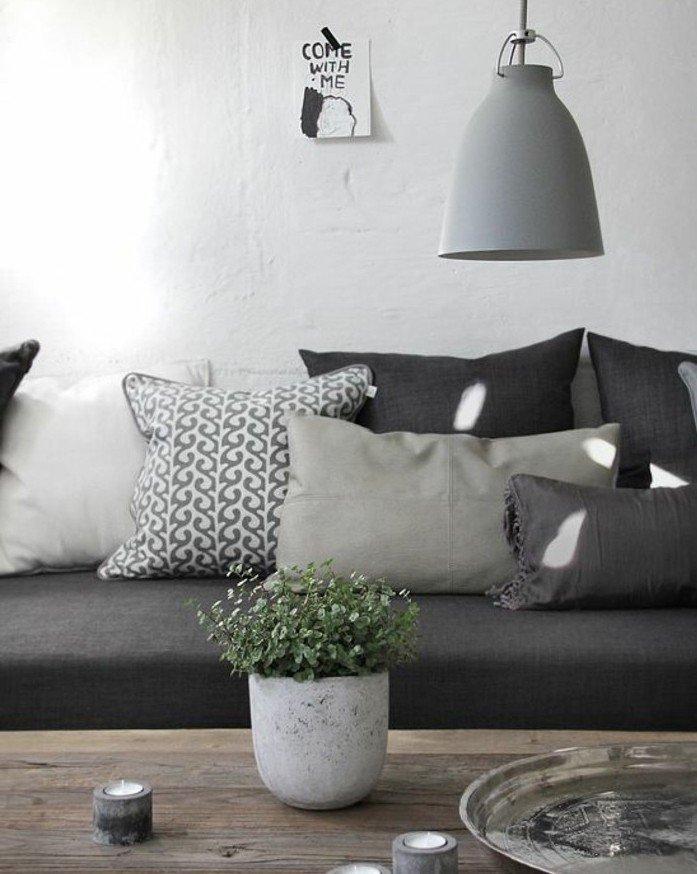 ein graues Sofa, Wohnzimmer Ideen Weiß Grau, ein Tisch aus Holz, ein Blumentopf in weißer Farbe