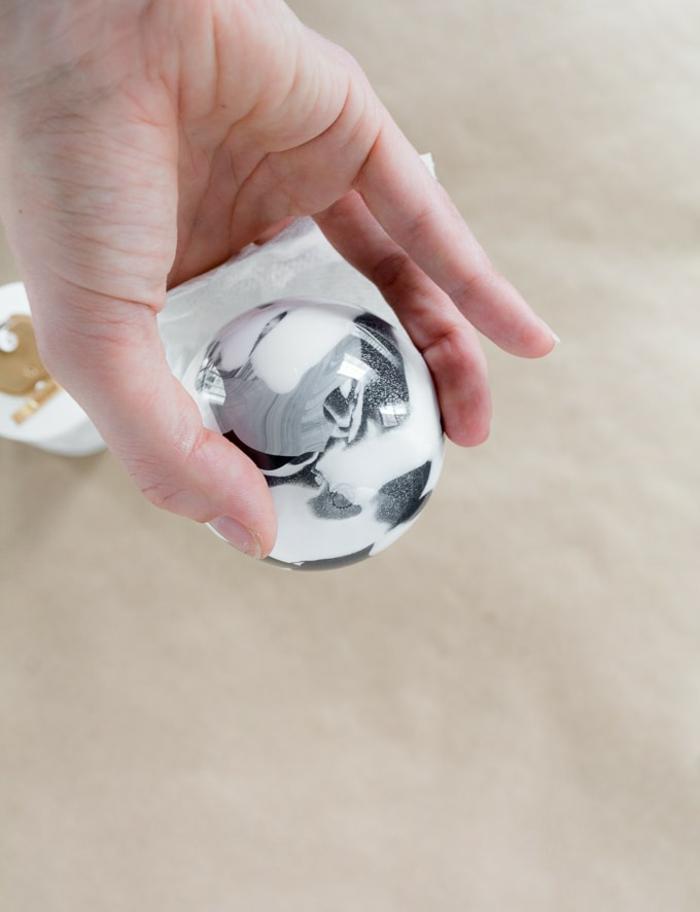 eine weiße Kugel mit silberner Farbe zu schmücken, polieren Sie mit weißem Tuch, Weihnachtskugeln basteln