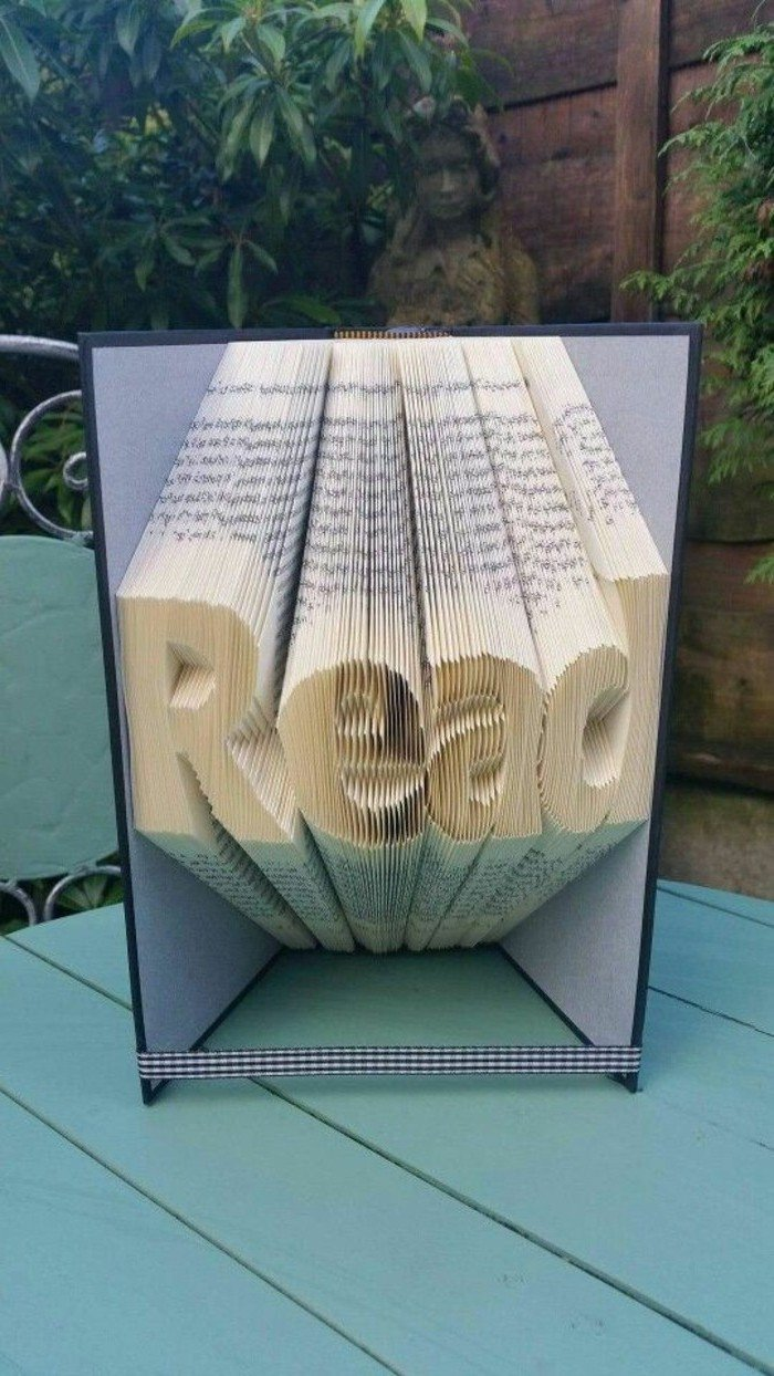 eine Aufschrift, die Read sagt, das englische Wort von Lese, Buchfaltkunst, eine blaue Schleife