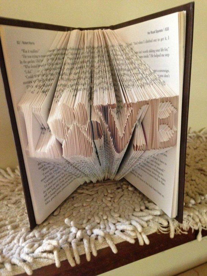 das Wort Love, Liebe auf Englisch mit dem Buchstaben O als Pfote, Orimoto, brauner Umschlag