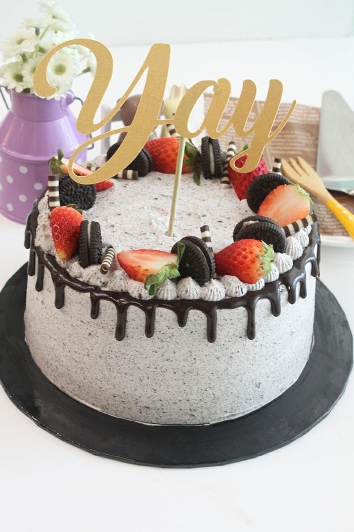 eine Aufschrift YAY auf Stock, Kuchen mit Früchten, Erdbeeren und Oreo Kekse, Schokoladen Topping