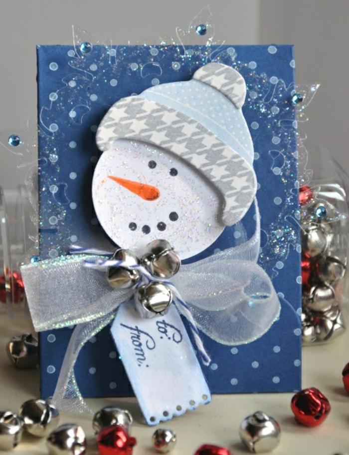 eine blaue Karte, 3D Karte, ein Schneemann mit einer blauen Mütze, Glocken um Hals