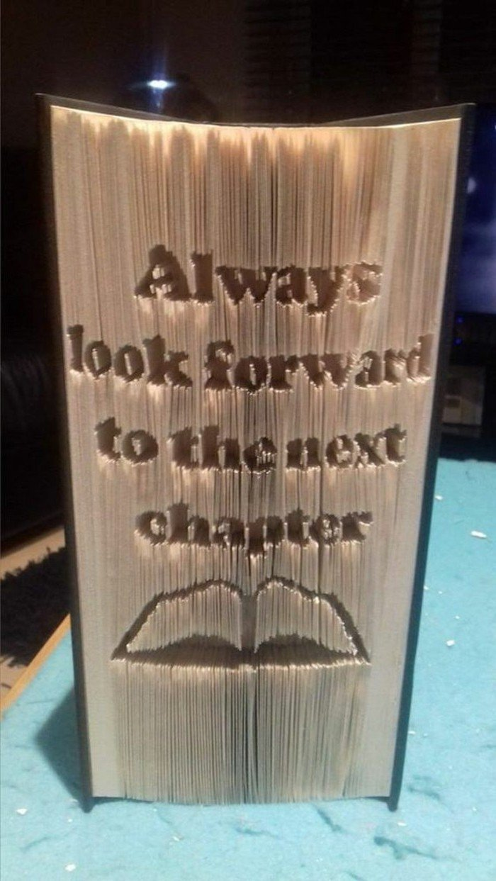 gefaltete Bücher, warten Sie ungeduldig auf die nächste Kapitel, ein geöffnetes Buch