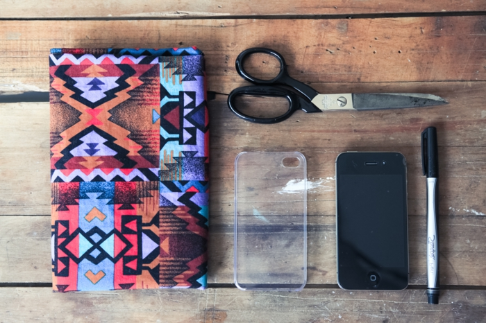Handyhülle in vielen Farben mit graffischen Mustern, eine Schere, Handy und durchsichtige Handyhülle selber machen