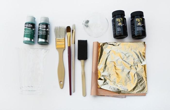 Alle Benötigte Sachen, damit Sie Weihnachtkugel bemalen, goldene Farbe und Pinsel