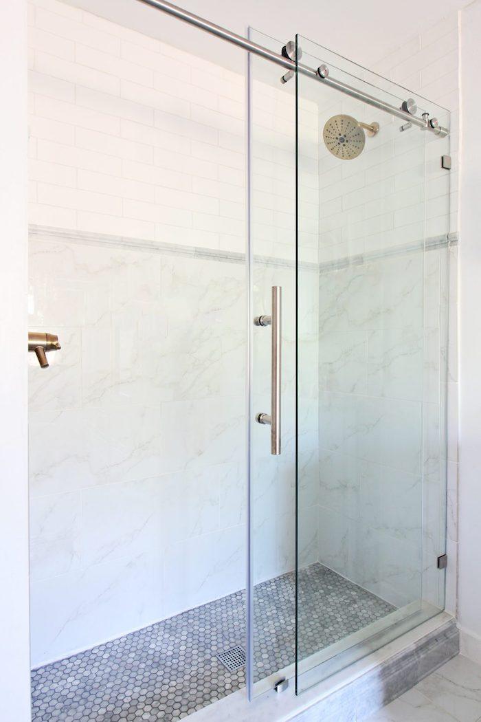 eine dusche aus metall im badezimmer mit weißen wänden. badezimmer modern gestalten ideen