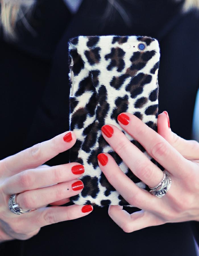 weiße Handyhülle mit schwarzen Flecken, schöne Handyhüllen für eleganten Frauen, so stilecht
