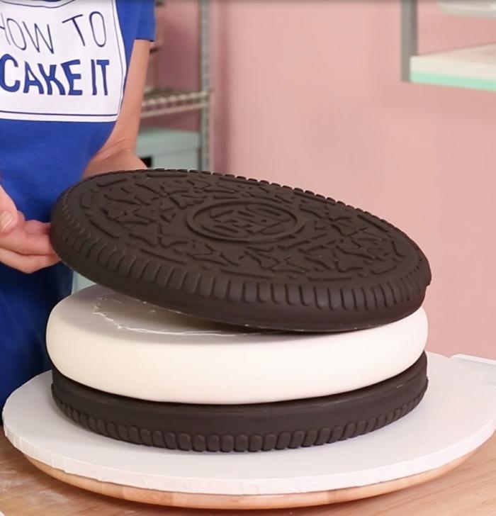 ein großer Oreo Keks, Torte mit Schokoladen und weißen cremigen Blatt, realistischer Keks., Oreo Keks