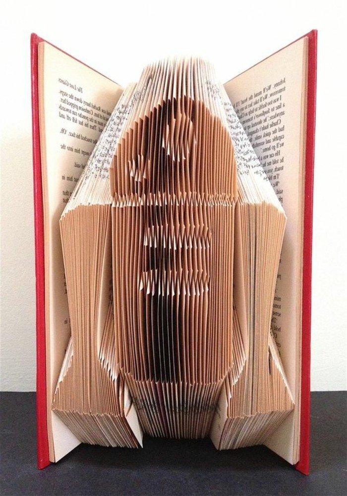 ein Roboter aus der Serie Star Wars, ein roter Buchumschlag, Bücher falten mit beliebten Helden