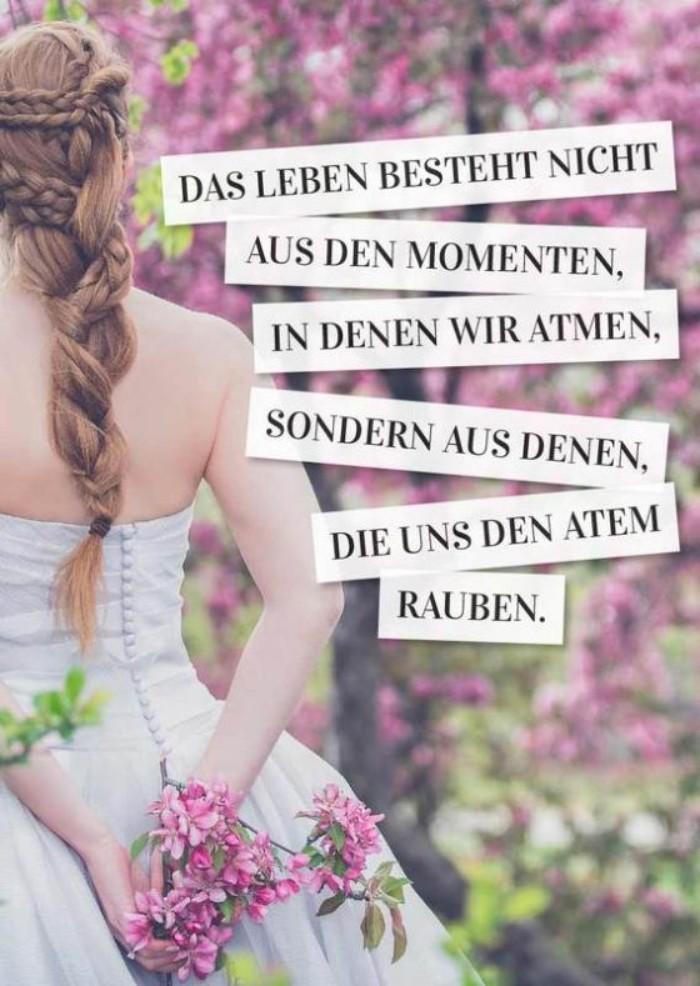 eine hochzeitskarte mit einer braut mit einem weißen brautkleid und mit einem strauß mit violetten blumen, pesönliche glückwünsche zur hochzeit modern