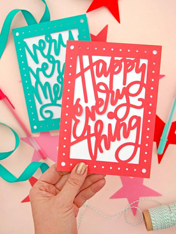 rote Karte mit Aufschrift Happy Everything in einem roten Rahmen, Weihnachtskarten drucken
