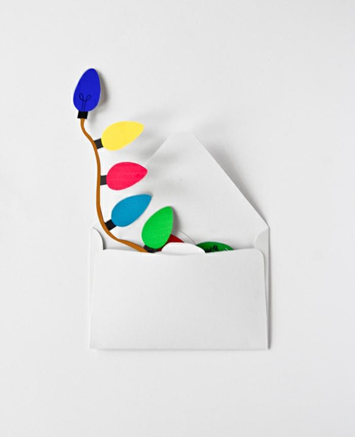 ein weißer Briefumschlag, Lichterkette aus buntem Papier, Weihnachtskarten drucken