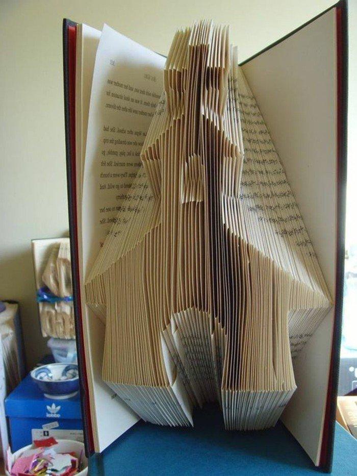 eine Kirche aus einem alten Buch kreieren, Buchfalttechnik, der Kreuz sieht realistisch aus