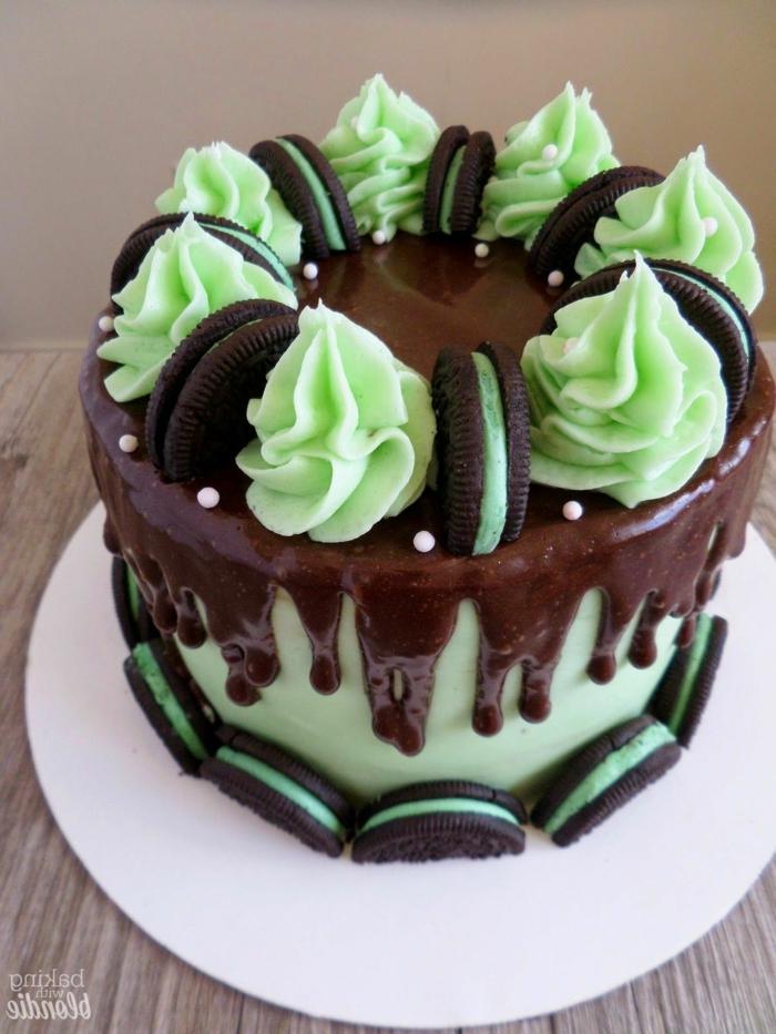 der ganze Kuchen hat einen Minzgeschmack, Schokoladen Topping und kleine weiße Bonbons als Dekoration, Oreo Rezept