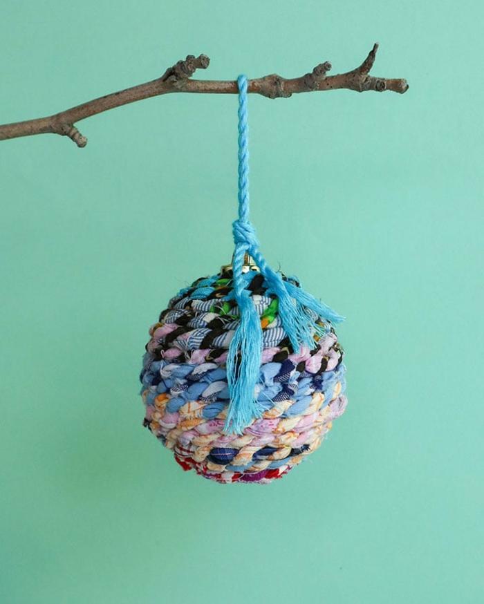 einzelne bunte Kugel in blauer und rosa Farben mit blauen Schleife, Christbaumkugeln