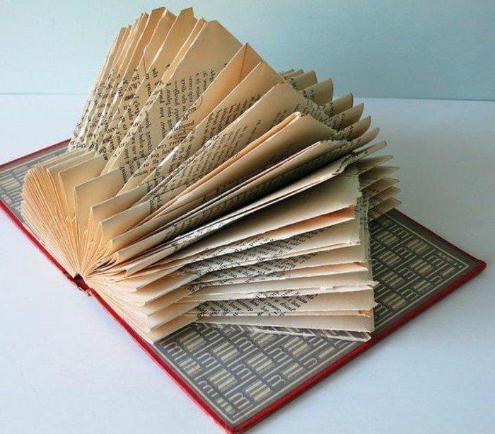 eine Laterne aus Papier, Buchseiten falten, rotes Buch mit Buchumschlag mit geometrischen Motiven versehen