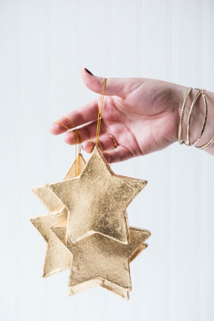 vier Weihnachtssterne mit Blattgold verziert, Sterne basteln und vorzeigen wie Schmuckstücke