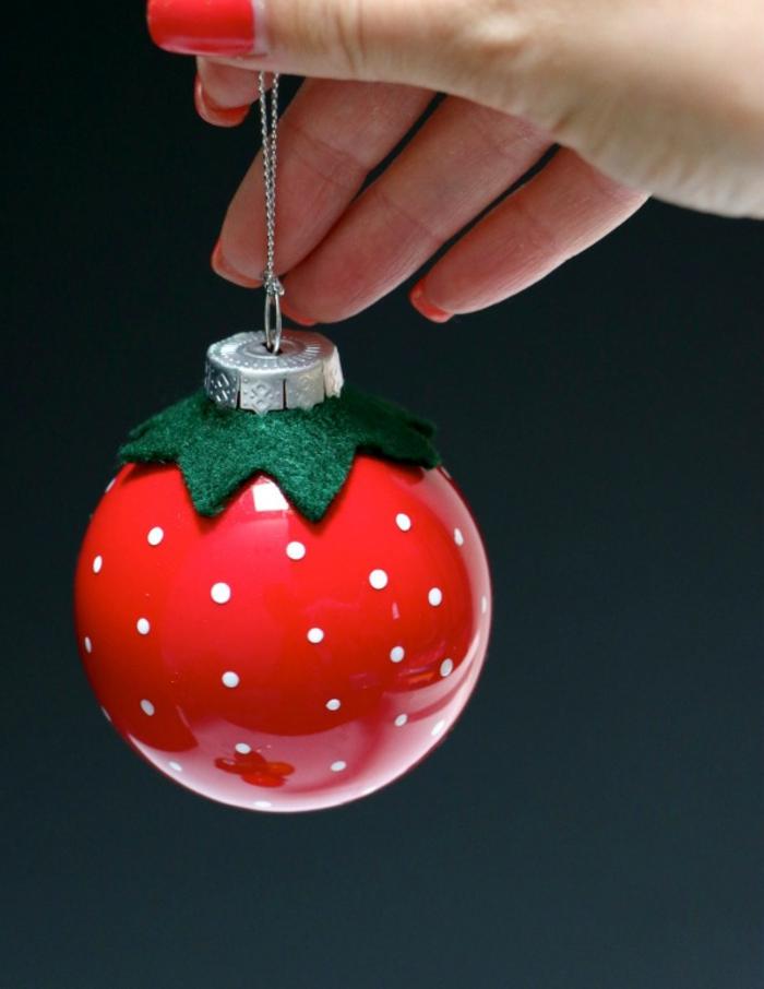 eine rote Erdbeere mit kleinen weißen Punkten, grünes Papier, Weihnachtskugeln selber machen