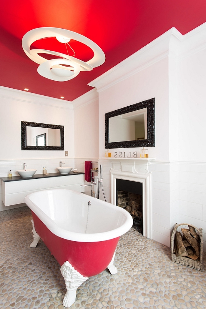badezimmer mit weißen und roten wänden, eine kleine rote freistehende badewanne im badezimmer mit einem kamin, moderne badezimmer gestalten