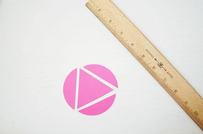 rundes rosa Stück Papier dient als Vorlage für die anderen Teile, Weihnachtskugeln gestalten