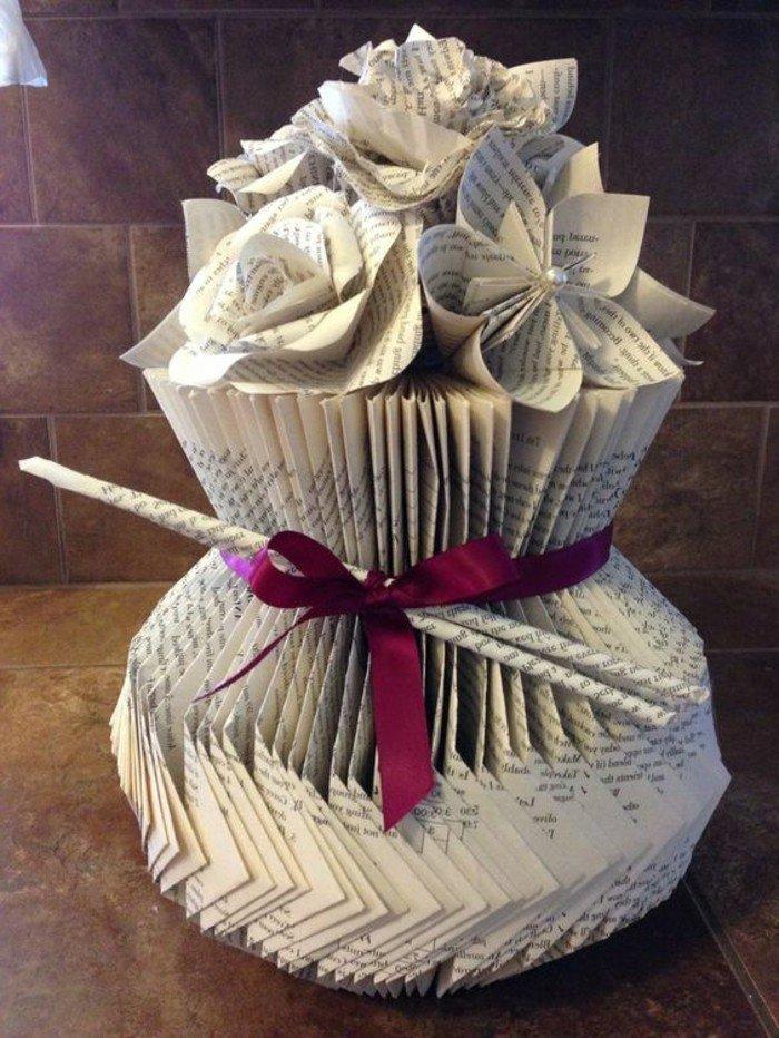 eine Torte aus Buch, Buchseiten falten, Blumen als Papier, eine rote Schleife, Trichter