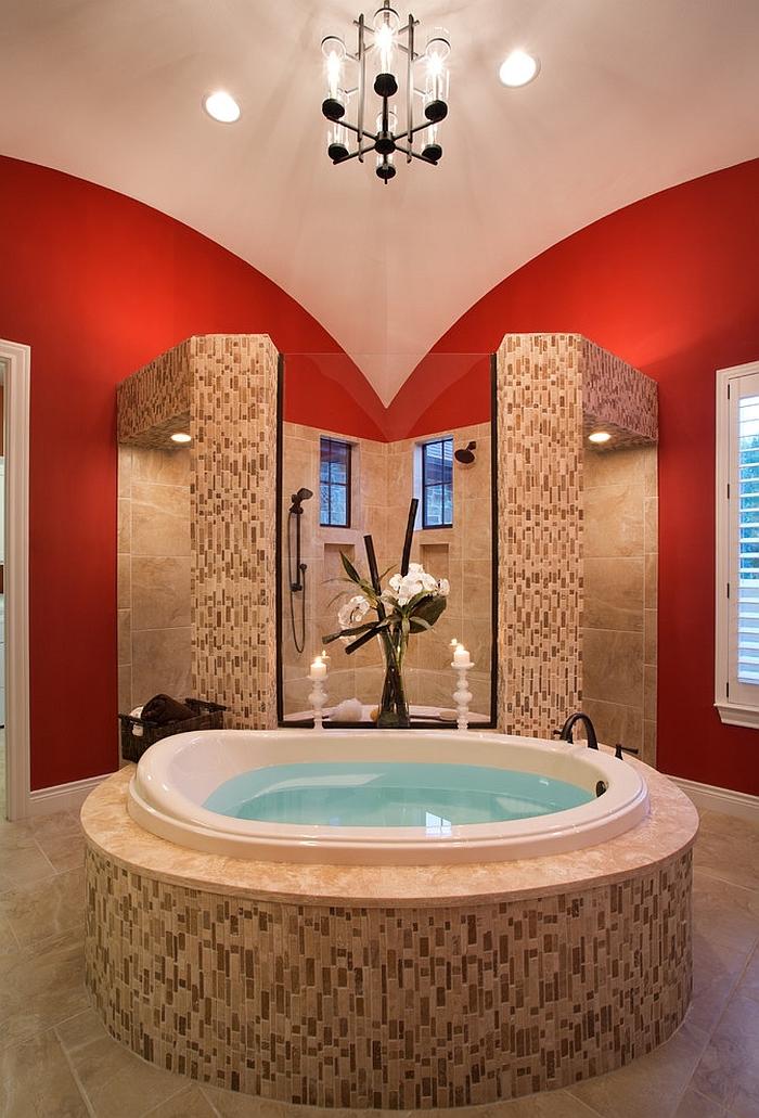 großes badezimmer mit weißer badewanne und einer vase mit weißen blumen, weiße badezimmer lampe und weiße kerzen