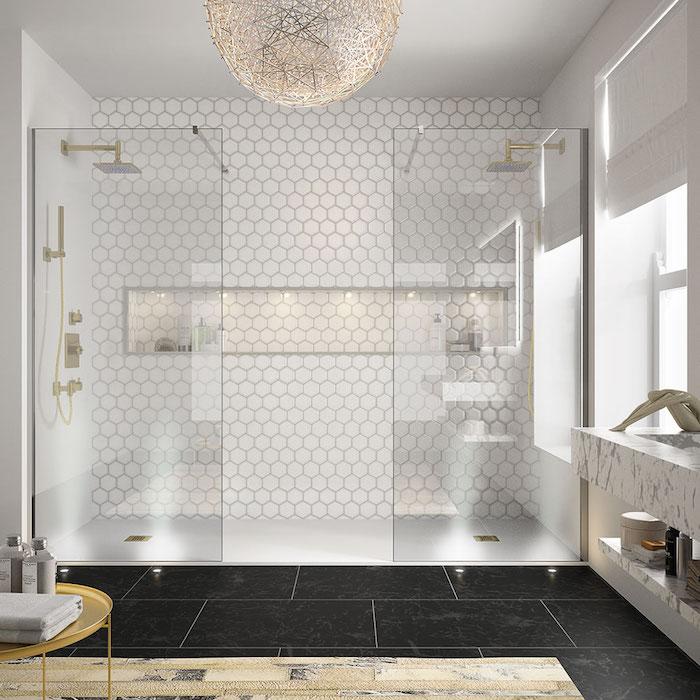 boden mit großen schwarzen badezimmer fliesen, ein badezimmer mit kleinen weißen fliesen und eine große weiße lampe, badezimmer ideen