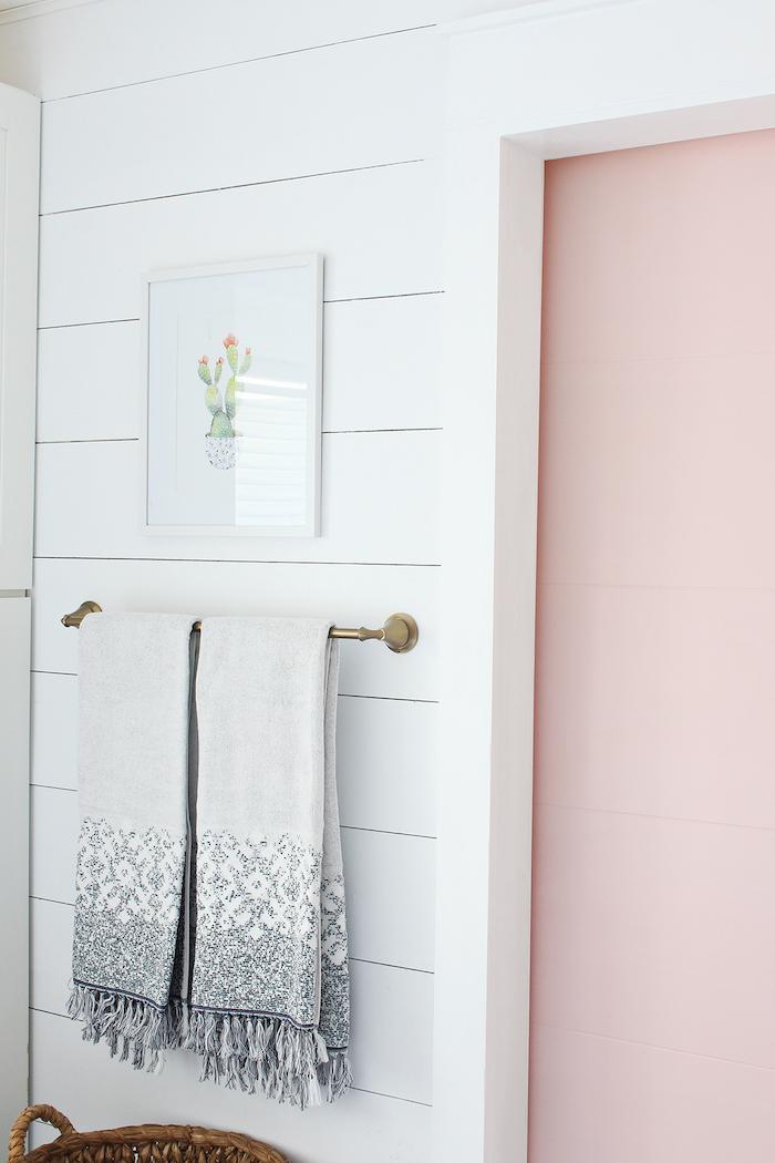 ein weißes tuch und weiße wände aus holz und eine pinke tür, badezimmer einrichten ideen, badideen bilder