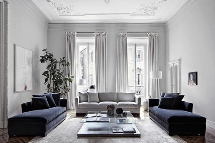 Wohnzimmer Grau Weiß, hohe weiße Wände, Decke mit Ornamenten, symmertische Gestaltung