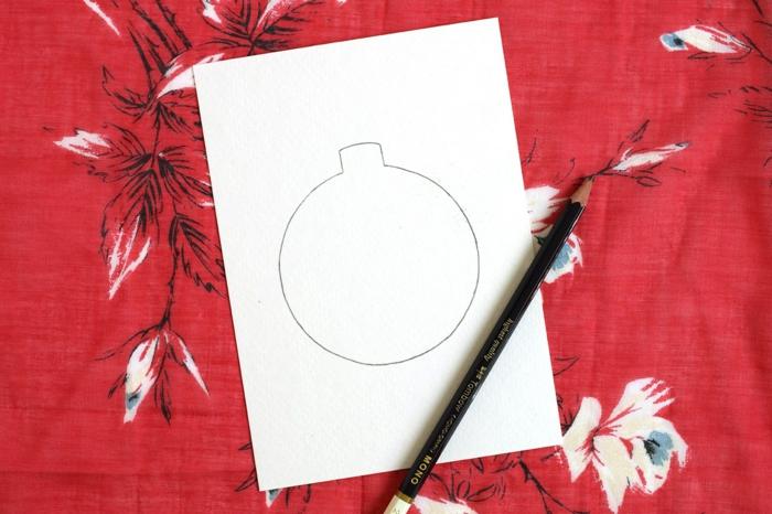 rotes Tuch, damit Sie den Tisch nicht schmutzig machen, zeichnen Sie eine Kugel mit Bleistift, Weihnachtskarten selbst gestalten
