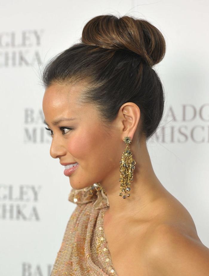Dutt Frisuren zum Nachstylen, Abendkleid mit Pailletten, massive goldene Ohrringe mit Kristallen