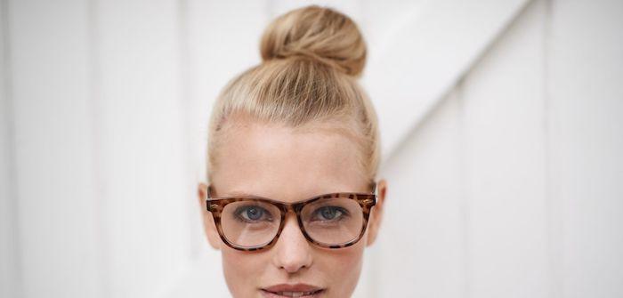 Schnelle und elegante Frisuren für den Alltag, Dutt Frisur, blonde Haare und blaue Augen