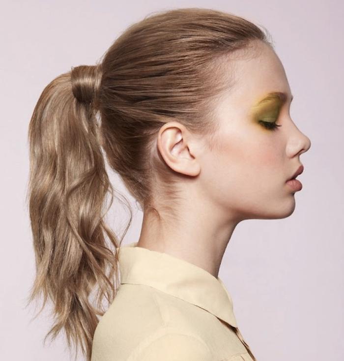 Ponytail für den Alltag, hellbraune wellige Haare, Hemd in Beige, grüner Lidschatten
