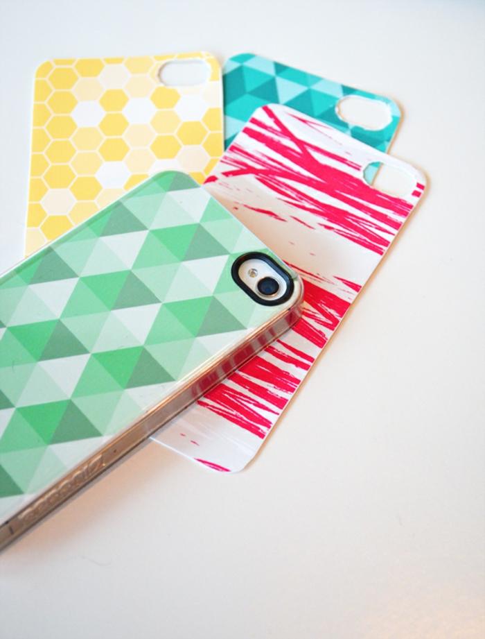 Handyhüllen selbst gestalten, grüne, gelbe, rote und blaue Handyhüllen mit graffischem Muster