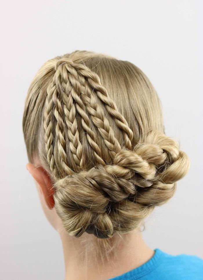 Einfache Flechtfrisur für lange Haare, glatte blonde Haare, niedriger Dutt, leichte Hochsteckfrisuren